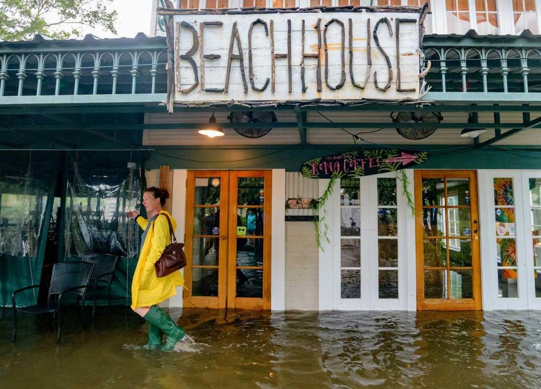 En strandrestaurang i den lilla staden Mandeville i Louisiana har översvämmats av regnmängderna till följd av ovädret Barry, som har uppgraderats till orkan.