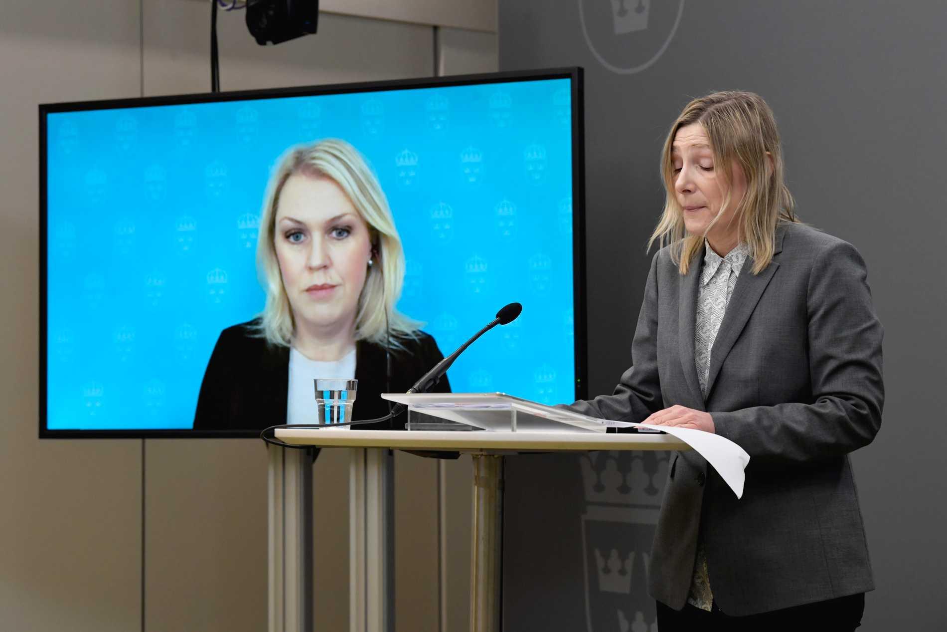 Socialminister Lena Hallengren (S) tar emot utredning om Lex Lilla hjärtat av bokstavsutredare Charlotte Lönnheim under en pressträff i Rosenbad.