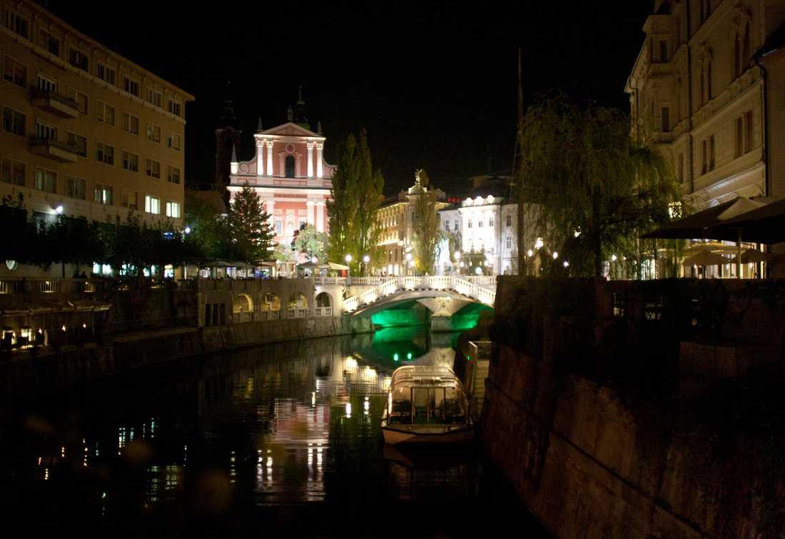 """Slovenien Ljubljana i kvällsskrud. Vännerna blev förvånade över hur vackert uppbyggd staden var efter kriget och vill passa på att ge ett tips till alla nygifta: """"Varför åka till Venedig eller Florens där det är så mycket folk, när man kan åka till en stad som lugna och makalöst vackra Ljubljana?"""" Här spenderade de sin överlägset lyxigaste natt. Den lilla Nissan fick snällt kliva åt sidan för ett fyrstjärnigt hotell med frukostbuffé - för 300 kronor var."""