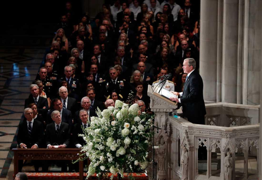 George W Bush under minnesceremonin för John McCain.