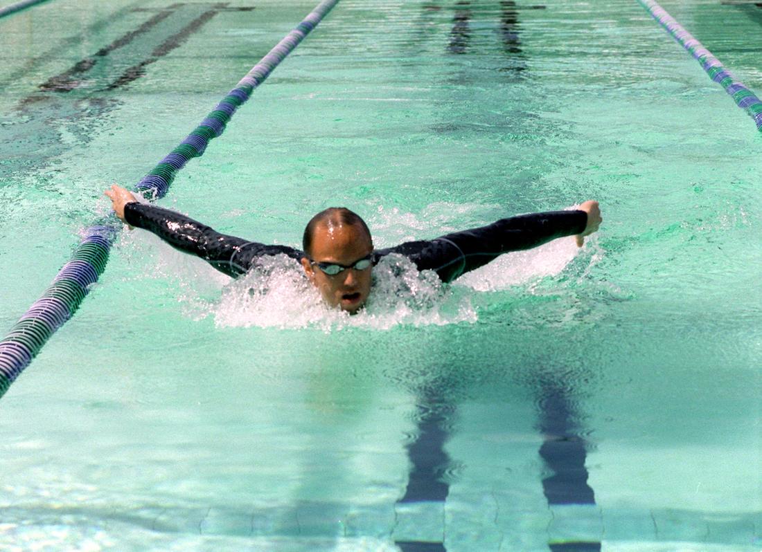 Lars Frölander i den omtalade hajdräkten 2009.