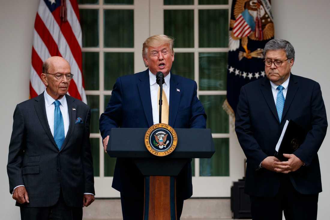 President Donald Trump, flankerad av handelsminister Wilbur Ross och justitieminister William Barr, utanför Vita huset på torsdagen.