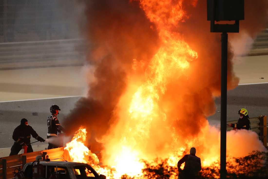 Romain Grosjean lyckades ta sig ur den brinnande bilen för egen maskin.