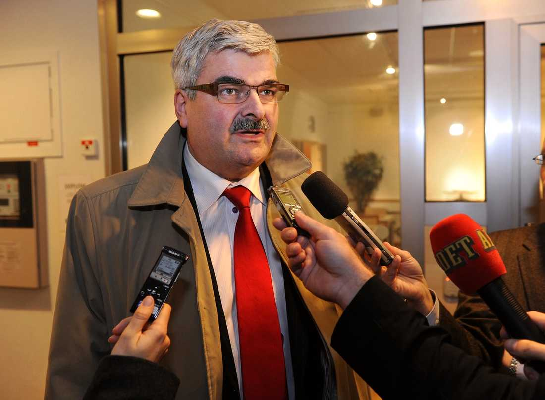 NYA SKRÄCKSIFFROR I helgen ställs Håkan Juholt inför partiets förtroenderåd. Nu kommer en ny kalldusch för S-ledaren. 37 procent av S-väljarna vill att han avgår.