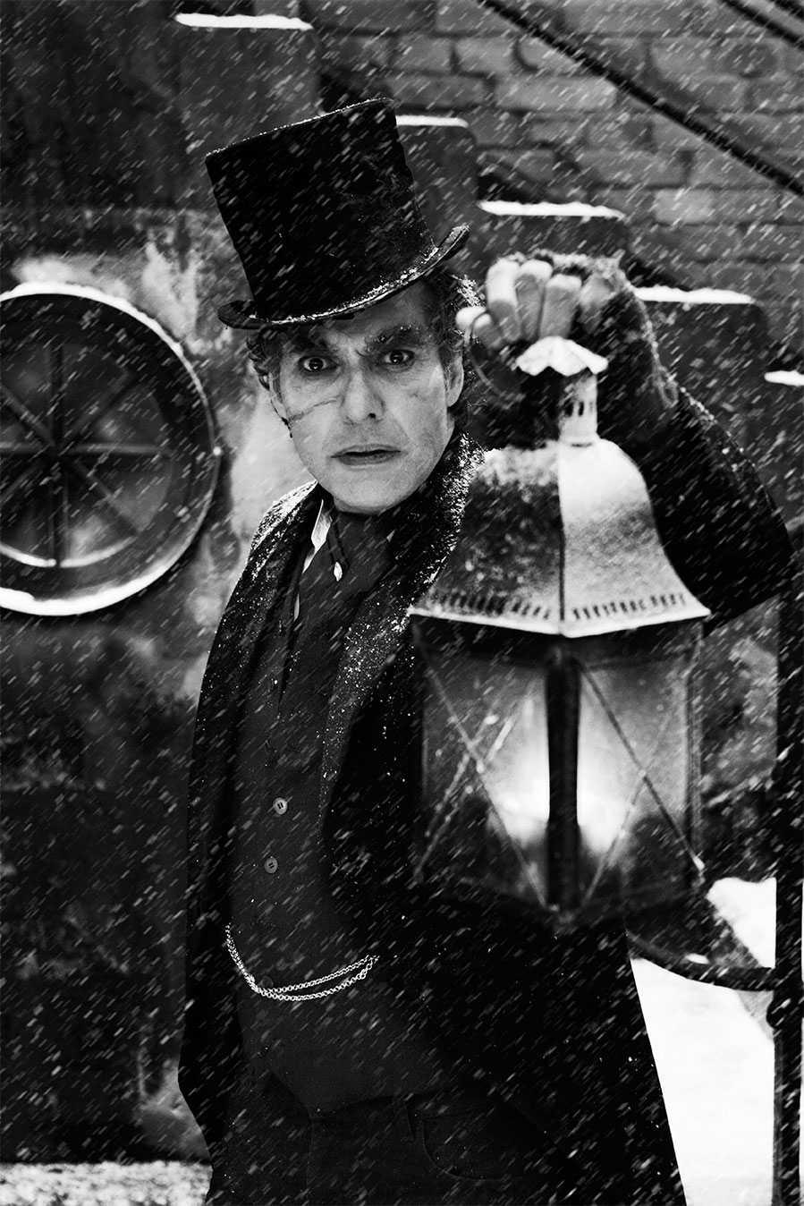 """December: Thorsten Flinck, skådespelare och musiker. """"Finns det några snälla barn här? Julhandeln slår rekord medan magra bokhållare sitter med gåspennor vid pulpeterna och fryser. Det duger inte med åkarbrasa när kaminen har slocknat. Marleys vålnad har återvänt för att hemsöka Scrooge i oss. Välkommen in."""""""