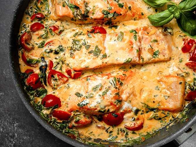 Läckert och gott. Lax i tomatsås med riven mozzarella.