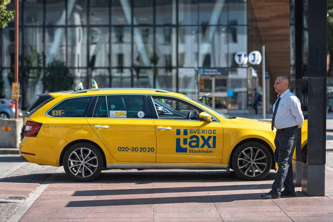 Åkaren Amer Al-Douri som kör för Sverigetaxi säger att han inte vill installera något plexiglasskydd i bilen, då han vill kunna prata med kunderna – de få som finns i pandemitider. Det blir mycket väntan mellan körningarna.