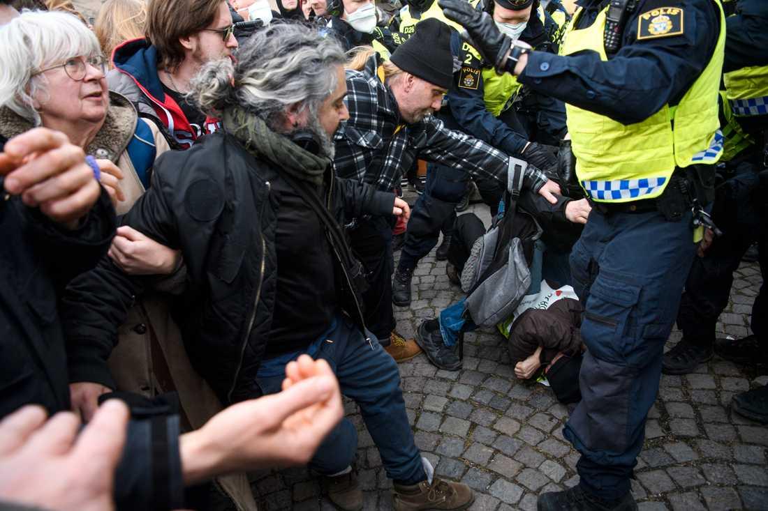 Polisen upplöser en tillståndslös demonstration på Medborgarplatsen i Stockholm under lördagen.