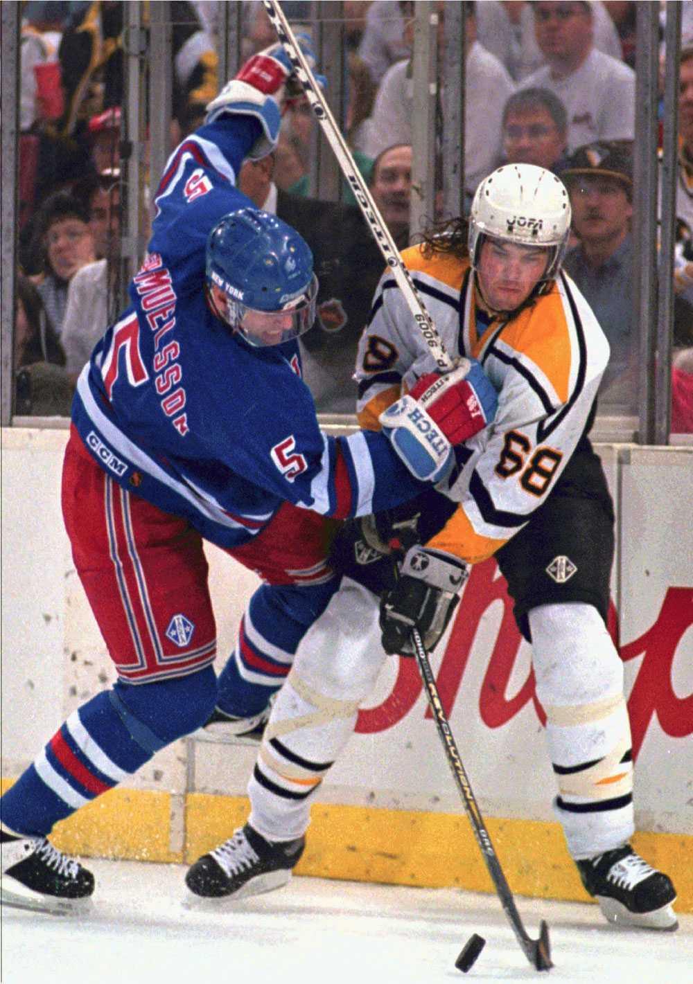 New York Rangers Ulf Samuelsson försöker flytta på Jagr i en slutspelsmatch 1996.