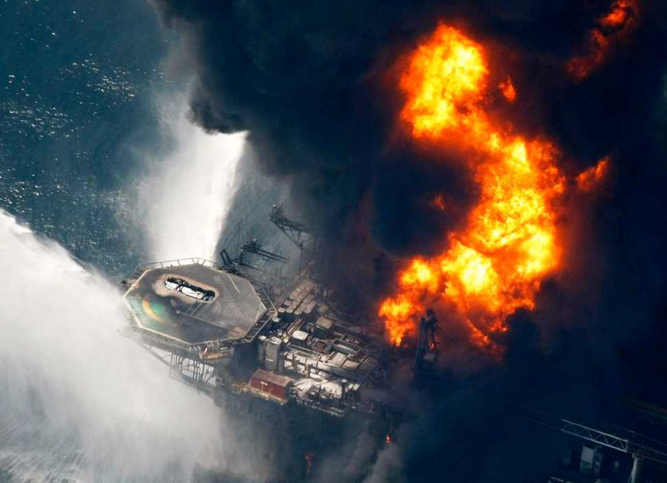 "Oljeriggen ""Deepwater Horizon"" exploderade den 23 april."