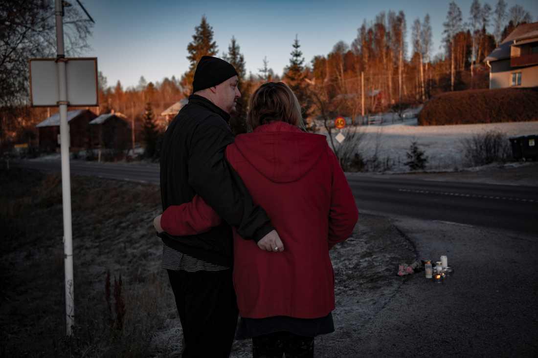 """Teddy Karlsson och Els-Marie Böl bor alldeles bredvid platsen där flickan kördes ihjäl. """"Det är så tragiskt"""", säger Els-Marie."""