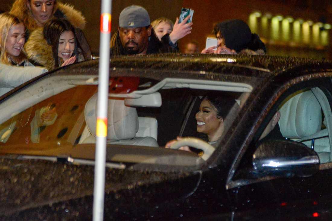 Nicki Minaj log mot fansen innan hon åkte iväg från arenan.