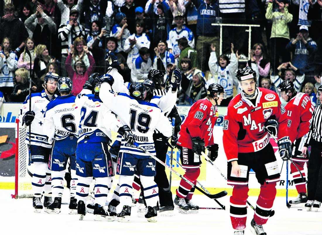 Malmö är favoriter En syn vi vant oss att se när det gäller Malmö Redhawks. Förra året kvalificerade sig inte ens laget för kvalserien. I år räknar många Malmö återigen som favoriter, återstår att se om hemvändarna Jesper Mattsson, Mikael Wahlberg och Per- Anton Lundström kan hjälpa laget upp till hockeyns finrum igen.