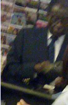 Bilden av Zimbabwes diktator Robert Mugabe som gjorde att svenske Fredrik Schulte anfölls av säkerhetsvakter.