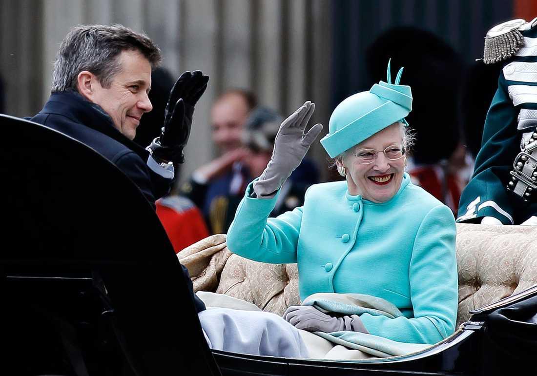 Det spekuleras om att drottningen kommer att meddela lämna över tronen till sin äldste son, kronprins Frederik.