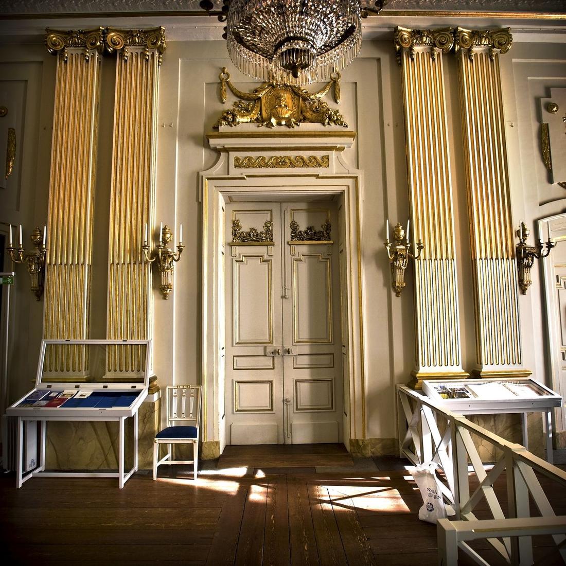 Dörrarna till Svenska akademien. Dörren som öppnas av ständige sekreteraren för att offentliggöra nobelpriset i litteratur.
