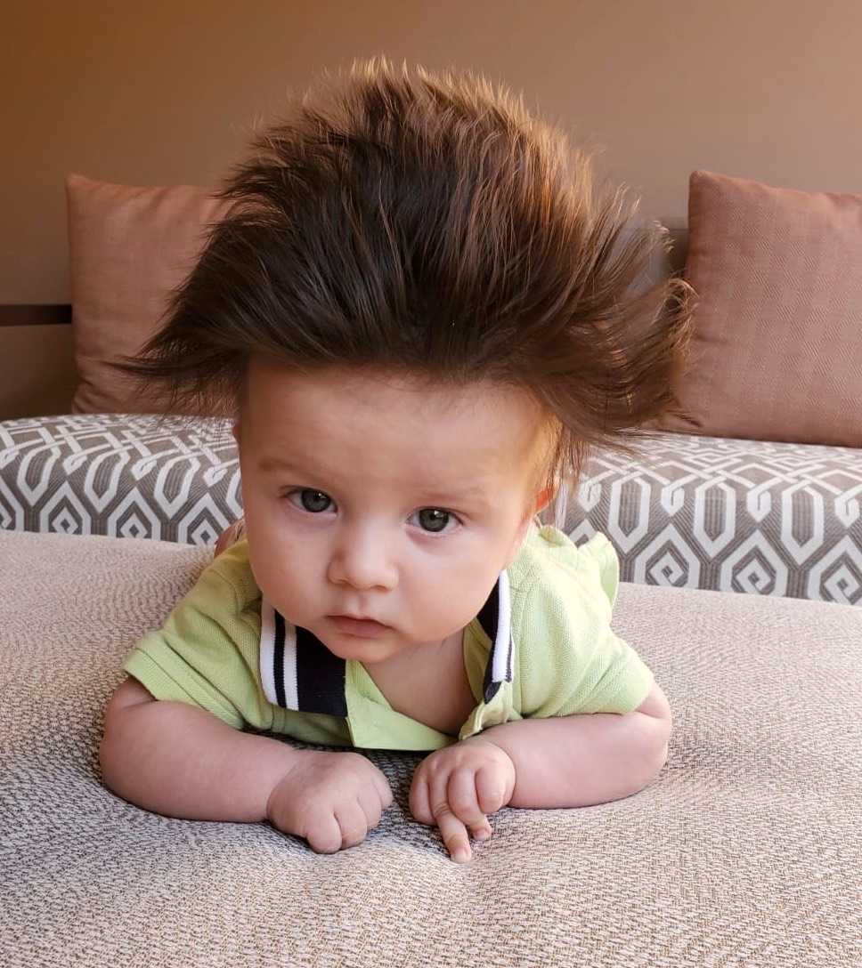 """Mamman Annie Alemi som bor i Kanada har skickat bild på sin son Filip som är fem månader och som har en massa hår: """"Jag blir stoppad cirka fem gånger dagligen om att folk tycket det är helt galet gulligt""""."""