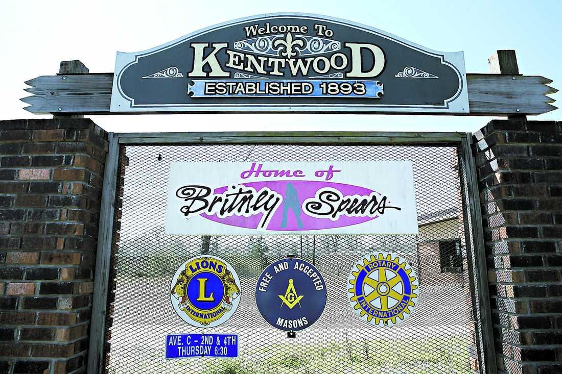 """En liten skylt vid """"fel"""" infart anger att Kentwood är Britneys hemstad. Men det är också allt. De som eventuellt kommer till stan hittar i övrigt stängda butiker, trasiga skyltfönster och ödetomter."""