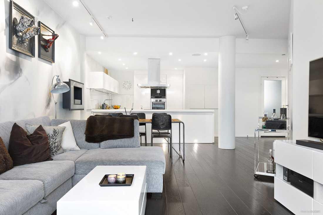 Lägenheten har öppen planlösning mellan kök och vardagsrum.