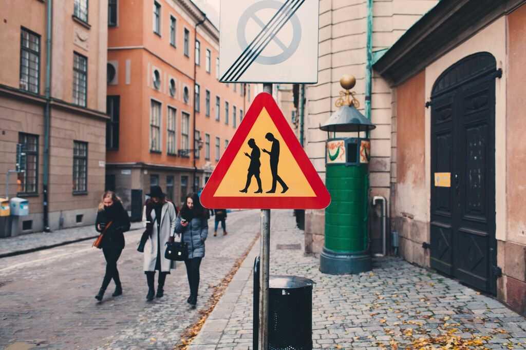 """""""Varning för gångtrafikanter med smartphone""""."""