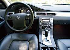 Förarplatsen är, som vanligt hos Volvo, mycket bra. Stolarna är sköna och mittkonsolen har uppdaterats och är nu samma som i S80. Dessvärre har den en skarp kant som kan skava mot gasbenet.