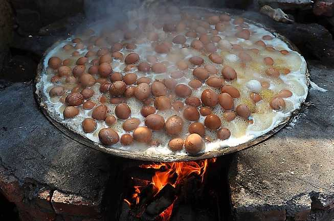 STEG 3 Låt äggen koka i cirka ett dygn tills äggulan har antagit en grön skepnad. Nu är det dags att duka upp och fira våren!