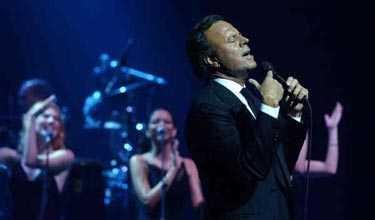 Utstrålningens man, Julio Iglesias, betygsätts av Sveriges egna sånghunkar.