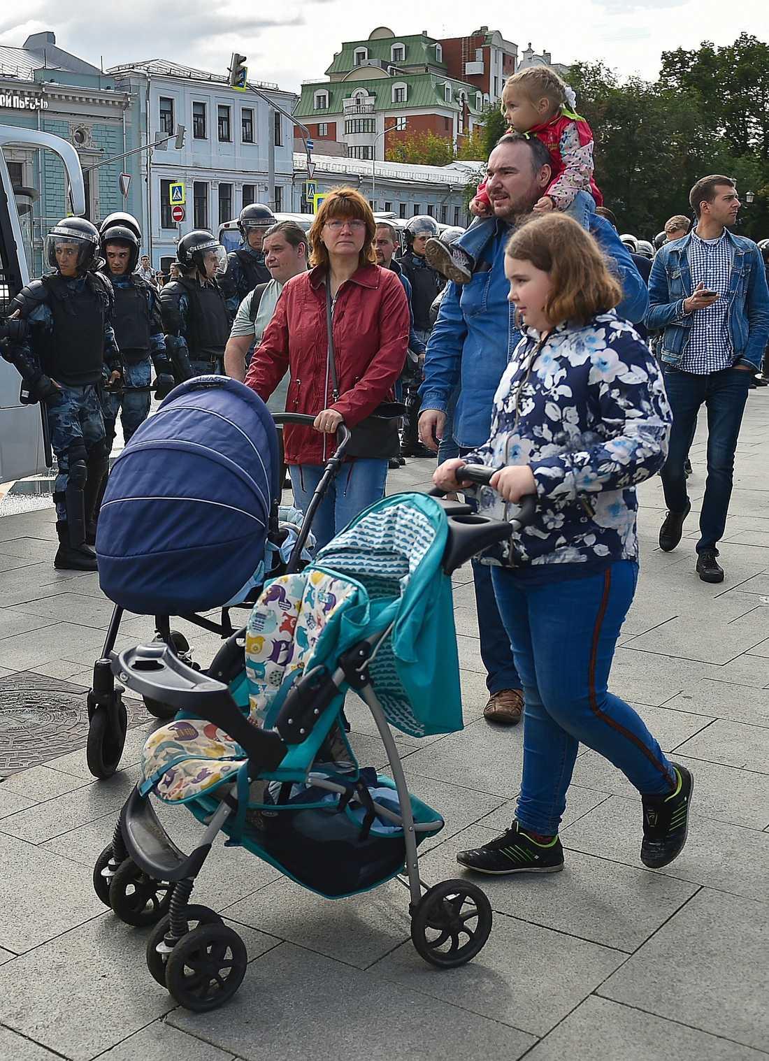 Jelena och Pjotr Chomskij med sina tre döttrar vid demonstrationen den 3 augusti i Moskva.