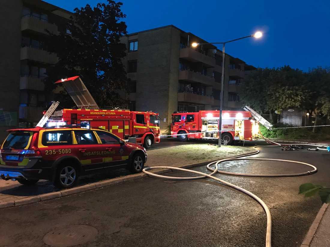 Tre personer fick föras till sjukhus efter en brand i en radhuslänga i Akalla i Stockholm.