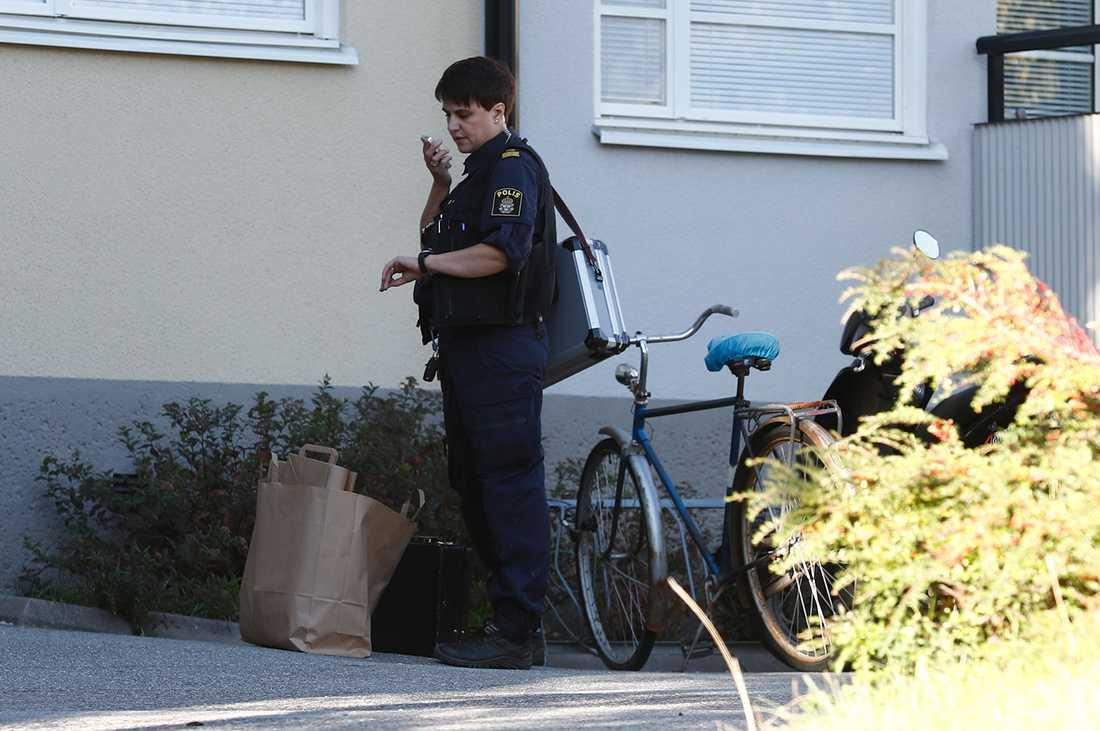 Polis på plats vid lägenheten.