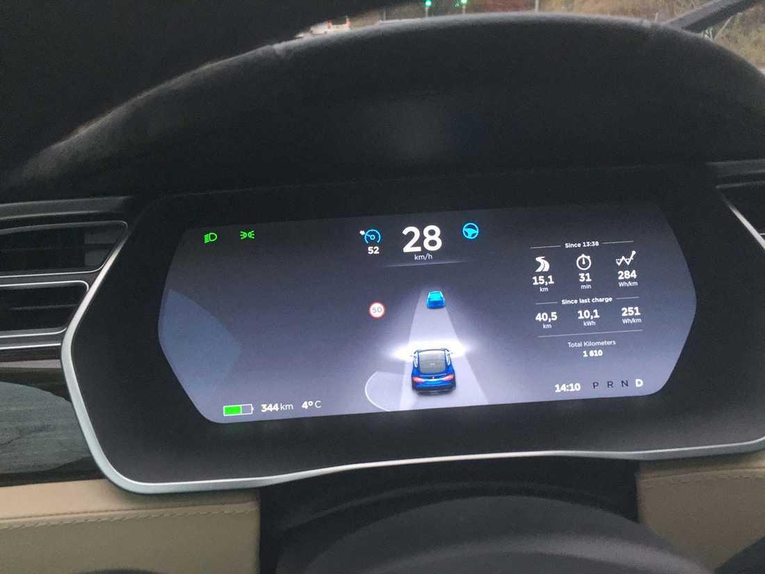 Så länge alla symboler är blåa håller autopiloten koll på körningen.