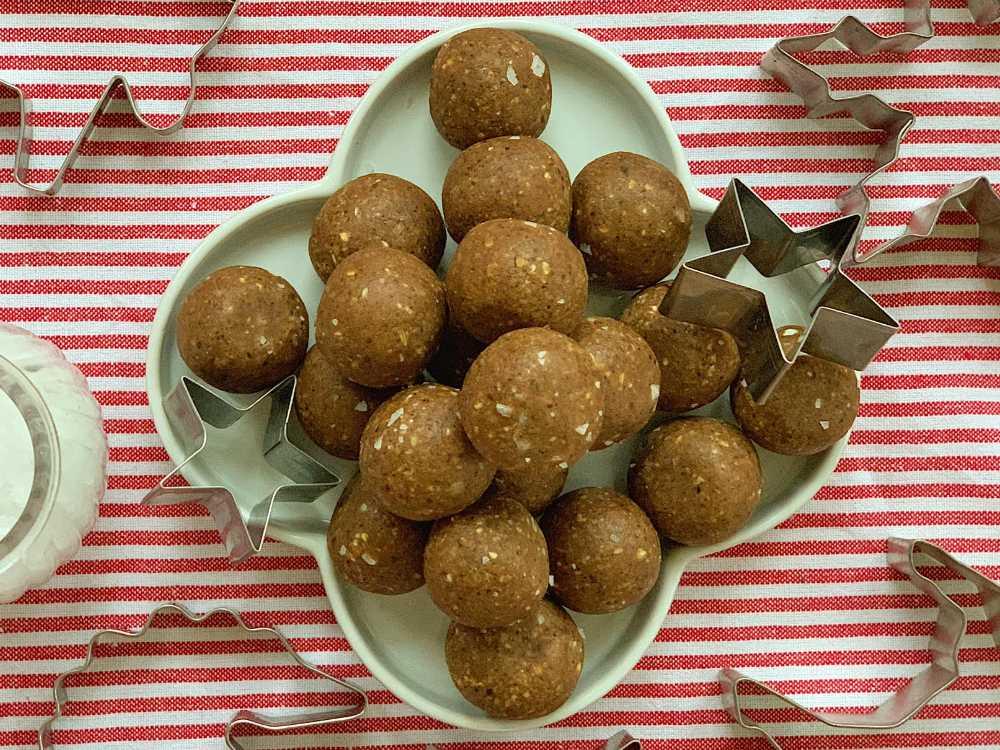 Pepparkaksbollar utan socker, gluten och mjölkprodukter.