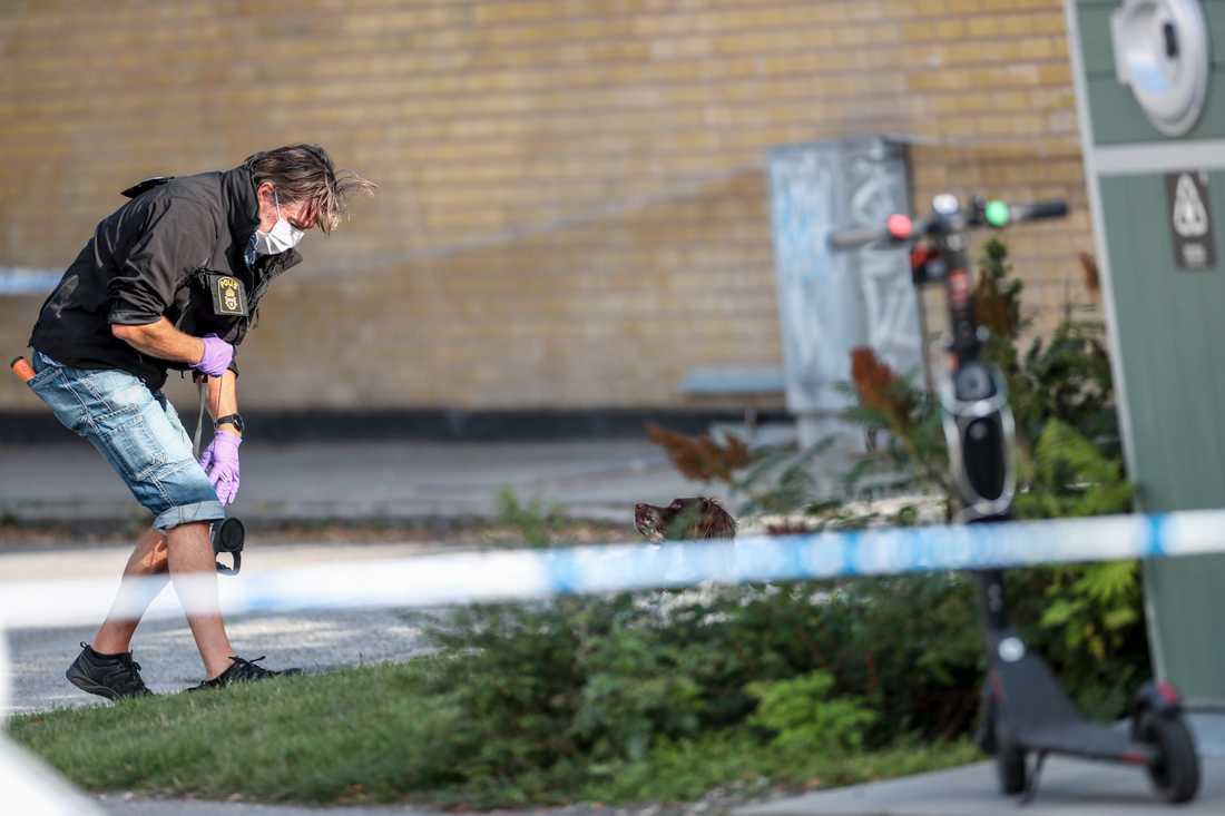 Polisen på plats efter att en man har hittats skottskadad i Malmö under torsdagen.
