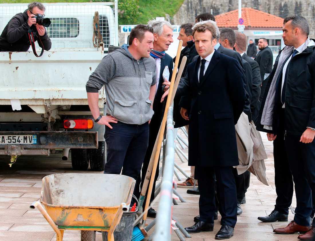 President Emmanuel Macron träffar vägarbetare vid ett besök i Biarritz i sydvästra Frankrike. Arkivfoto.