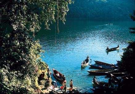Phewasjön nära Pokhara bjöd på en skön simtur.