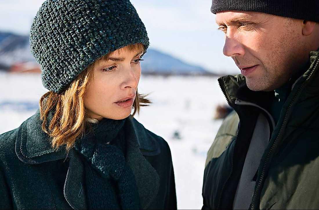 """Izabella Scorupco och Mikael Persbrandt  i filmatiseringen av """"Solstorm"""", den första delen i serien som nu startas om."""