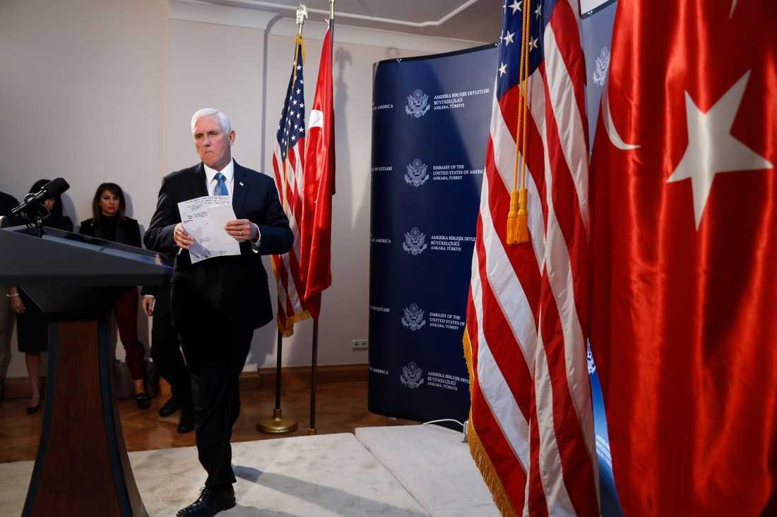 USA:s vicepresident Mike Pence anländer till presskonferensen efter mötet med Turkiets president Erdogan.