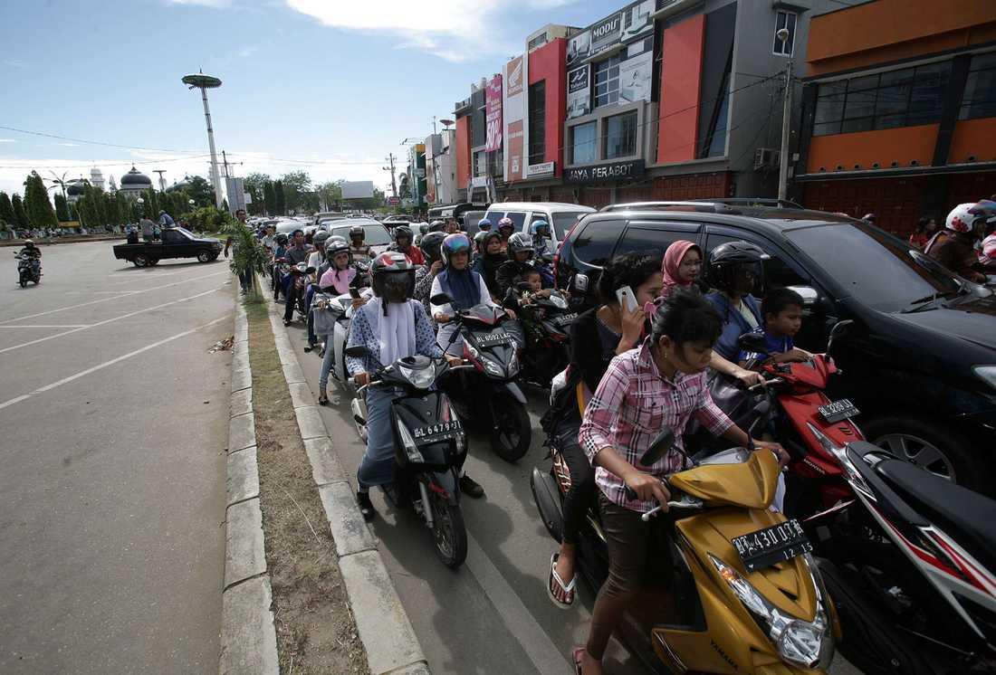 Långa köer i Banda Aceh.