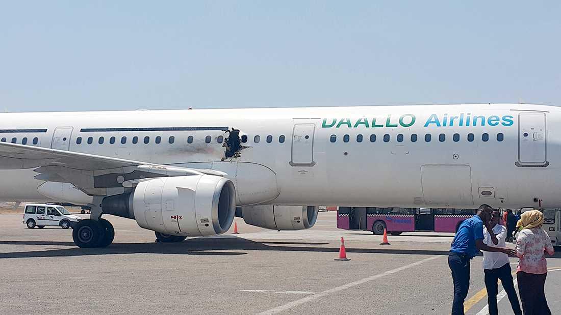 Ett stort hål revs upp i flygplanskroppen, precis ovanför ena vingen.