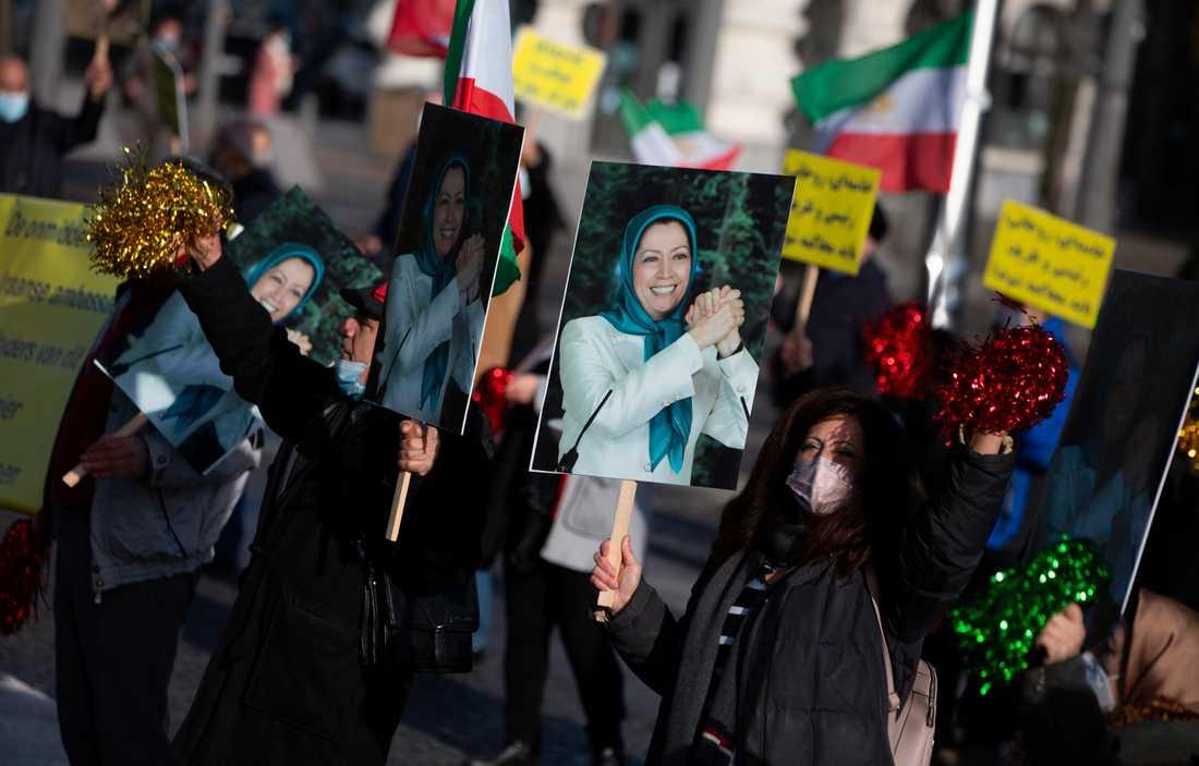 Demonstranter i Antwerpen visar bilder på iranska exilpolitikern Maryam Rajavi från oppositionsrörelsen NCRI i samband med att en iransk diplomat döms till 20 års fängelse för planerat terrordåd mot NCRI.