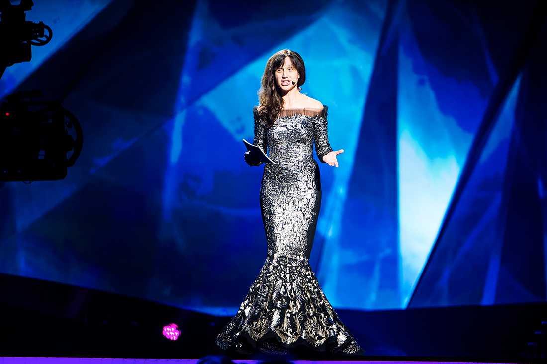 """""""SILVERKLÄNNINGEN SÄKRARE"""" Petra Medes klädtrassel gjorde att hon inte hann ända fram när hon skulle intervjua artisterna i greenroom under genrepet. För att undvika att hon snubblar tvingades man flytta bytet till lila klänning. """"Det är säkrare med den silverfärgade klänningen"""", säger hon."""