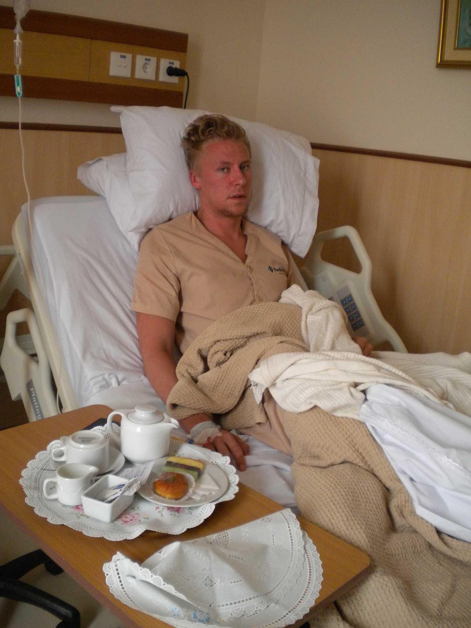 Leo Brood Björk utslagen i sjuksängen.