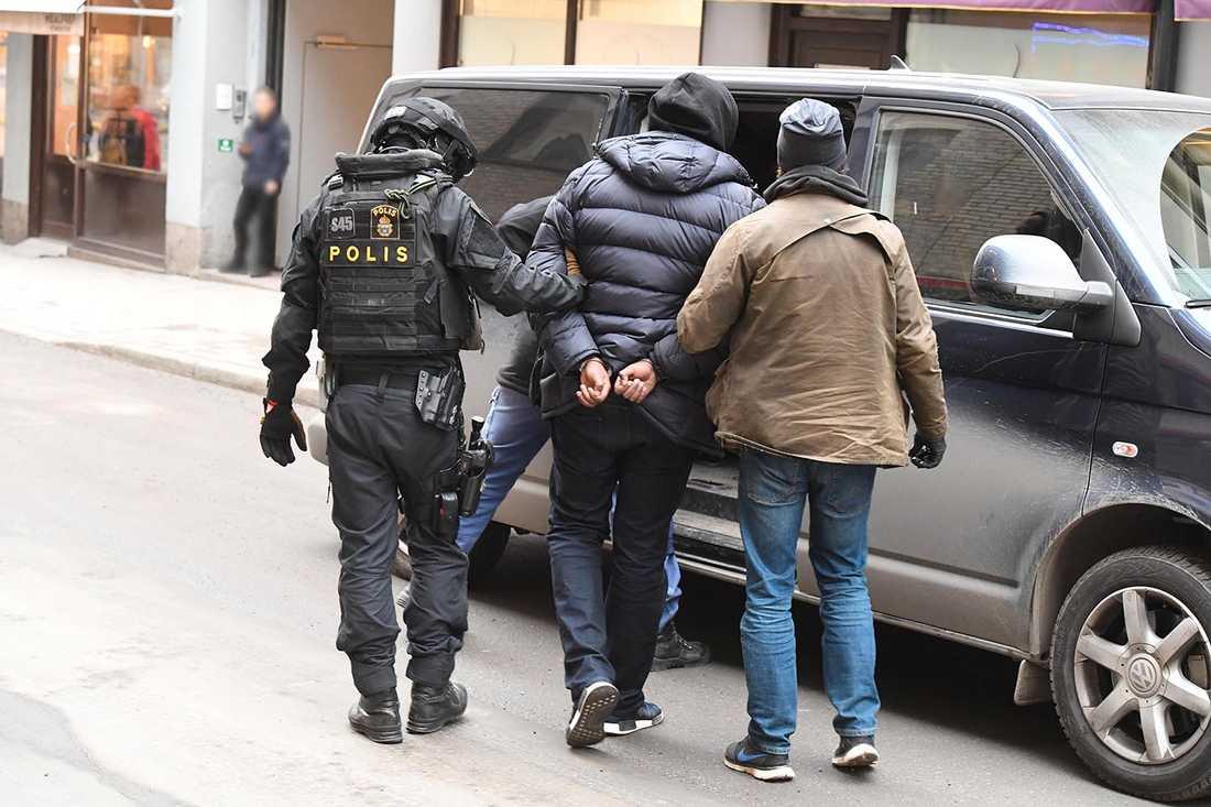 Man grips av polis.
