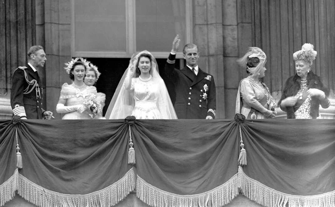 Drottning Elizabeth och prins Philip gifte sig 1947. Philip fick då avsäga sig sina kungliga titlar från Danmark och Grekland. Det dröjde också tio år innan han blev brittisk prins.