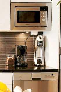 Den rostfria mikrovågsugnen från Samsung har byggts in i överskåpet. Den matchande diskmaskinen kommer från AEG.