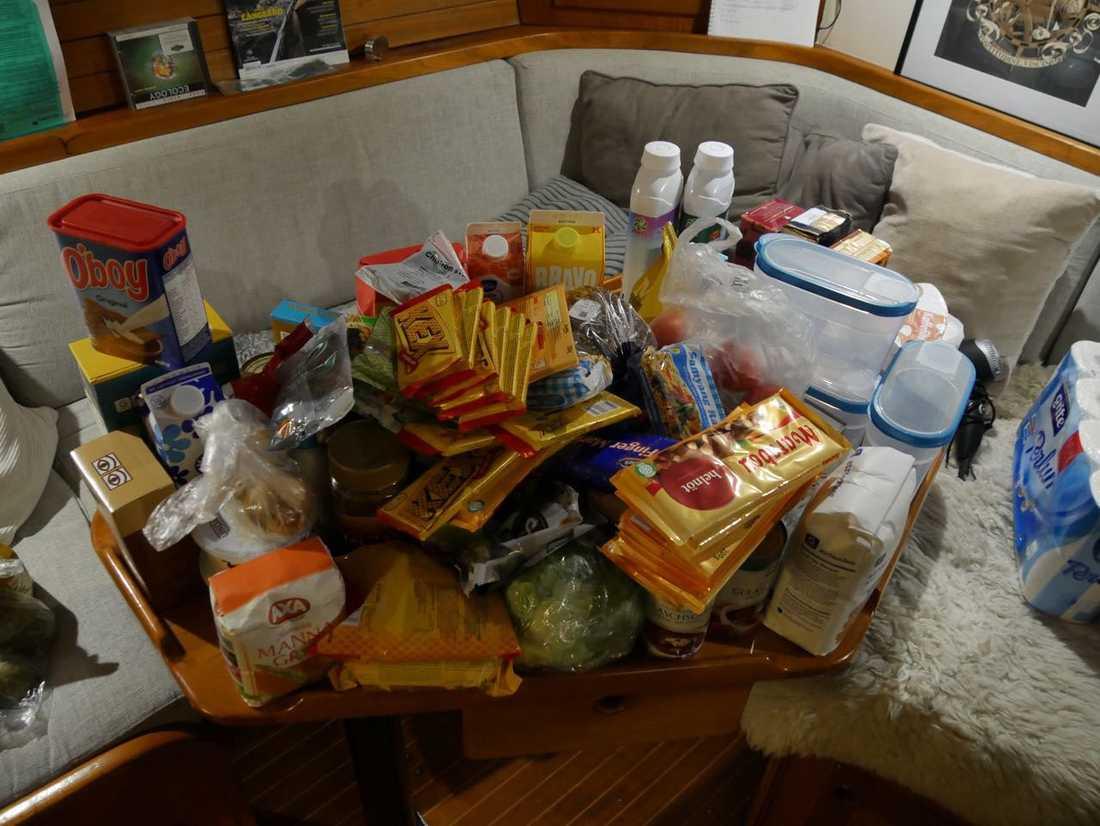 Proviantering av lite svenska snacks innan avfärd.