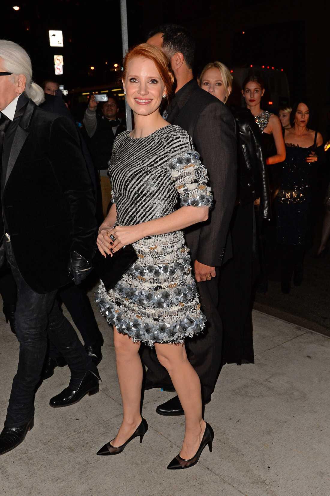 Jessica Chastain Jessica gjorde kvällens stjärna Karl Lagerfeld sällskap i New York där hans arbete ärades på en gala. Blåsan är så klart från Chanel.