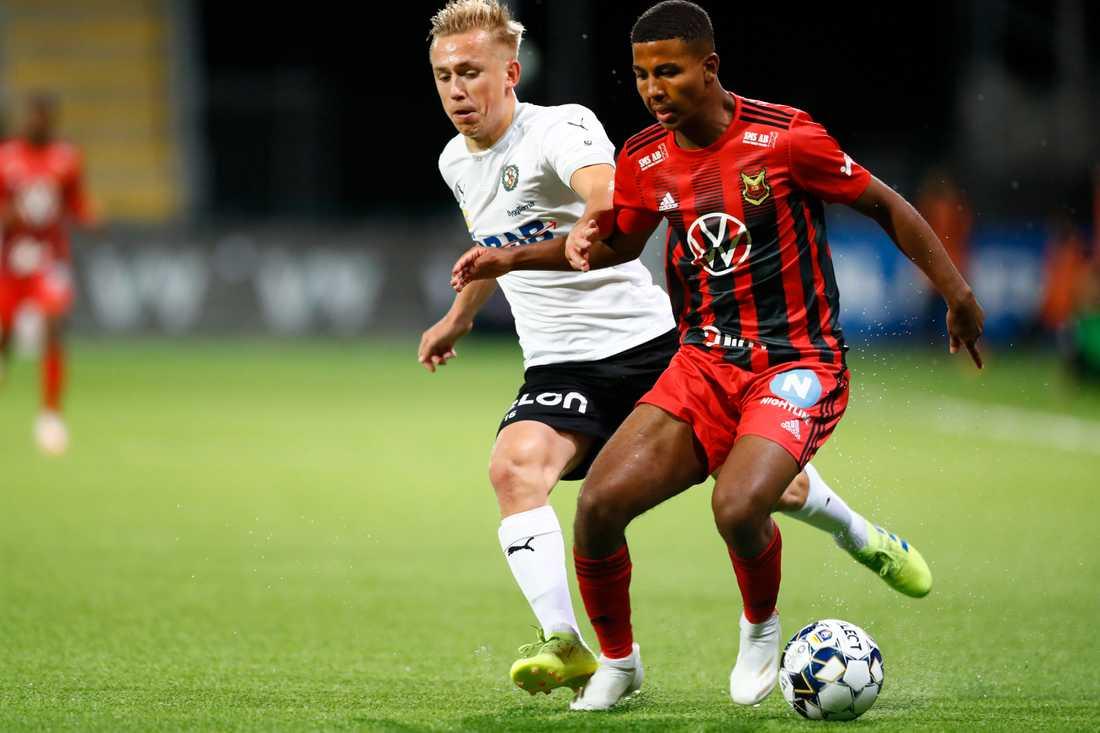 Östersunds Nebiyou Perry (höger) i närkamp med Örebros David Seger.