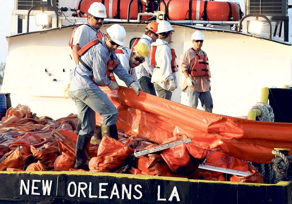 lägger ut länsar Runt 1?000 personer och 76 fartyg från oljebolaget BP, som leasade den sänkta oljeplattformen, jobbar med att minska skadorna.