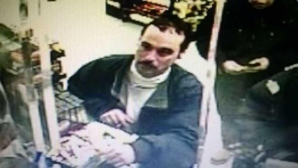 Massmördaren fångades på en övervakningskamera på en mack.